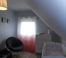 Et voilà la chambre de ma pépette ! Corail, gris et blanc