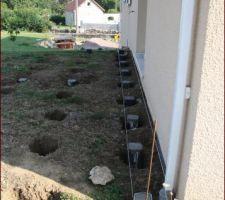 une fois les trous effectues mise en place des plots betons