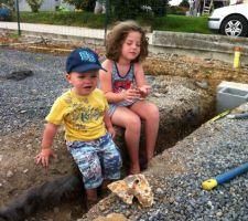 fondation du mur et du seuil du portail avec mes deux petits ouvriers
