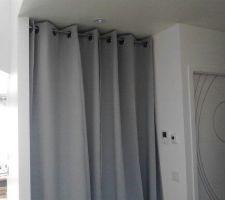 placard a l entree avec les rideaux