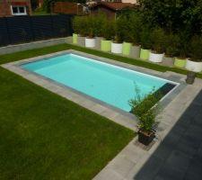 la piscine ouverte avec au fond la retenue de terre par des buses servant egalement a contenir les rhizomes des bambous