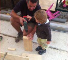 Préparation du coffrage avec mon fils
