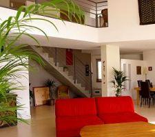 Vue sur mezzanine, escalier, entrée, séjour