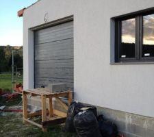 La porte de garage.
