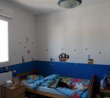Chambre de notre fils de 6 ans, la déco à entre temps changé, le mobilier est maintenant une chambre formule 1 avec lit, bureau, lampes, chevet etc... tout assortie mais nous avons gardé le mur bleu avec les pirates et ça fait très bien.