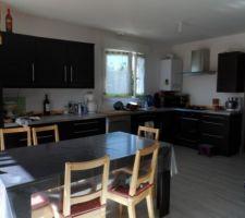 Vu générale de la cuisine ouverte, comme dit sur l'autre photo il manque encore la faience en vert anis