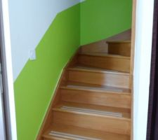 La montée d'escalier, il manque encore une rampe d'escalier que nous allons faire en cordage, je pense en chanvre naturel.