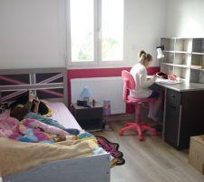 """La chambre de ma fille de 10 ans dans le style Londres avec des stickers """"londres"""" sur tout le mur de droite. Entre temps nous avons aussi mis des rideaux dans toutes les chambres."""
