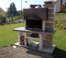 Gros oeuvre du barbecue achevé, reste le crépis à appliquer.