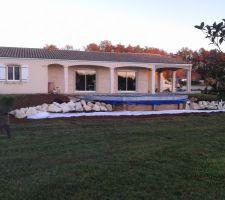 piscine posee semi enterree terrassement termine chassis acier galva pose et assemble ce dernier recevra les lames de terrasse