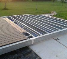 lame de terrasse composite en cours de fixation