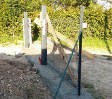 1er grillage pose dalle coulee et poteaux futur portail