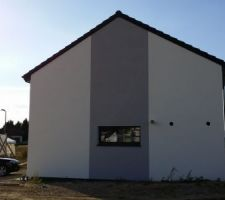 Vue façade côté garage (Est) crépi fini.