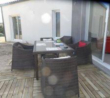 terrasse et contours de la maison en dalle pin 1mx1m pour l instant provisoire