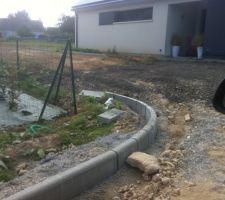 mise en place des bordures p1 il a fallut 13 m3 dd beton et on en a pas eu assez