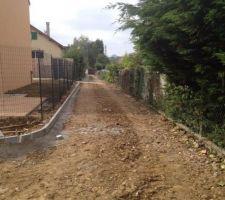terrassement avant la grave ciment et la bordure autour de la maison