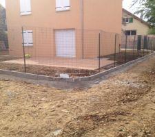 Terrassement avant la grave ciment, et la bordure autour de la maison