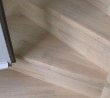 gros plan vantail droit touchant la marche de l escalier en plein milieu