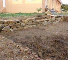Implantation du futur potager.... Après le décaissement pour créer une terrasse pour deux carrés, début d'un muret en pierres sèches - presque terminé, il ne manque plus que quelques pierres grosses et bien plates...une denrée rare ;-)