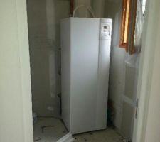 Ballon d ' eau chaude et pompe à chaleur , 2 en 1 dans le cellier  et   arrivée d ' eau pour la machine à laver prise en option