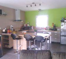 cuisine il reste les plinthes a poser et des etageres a mettre dans le cellier pour desencombrer la cuisine