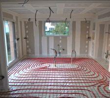 vue du reseau de canalisation du plancher chauffant dans la cuisine
