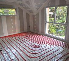 vue du reseau de canalisation du plancher chauffant dans la chambre parentale