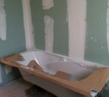 La salle de bains se profile à l'horizon - douche à l'italienne de façon artisanale par le maçon ainsi que les vasques qui seront posées sur un ensemble carrelé du sur-mesure