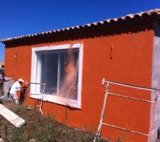 La pause de l'enduit de façade coloris O90 BRIQUE NATURELLE, le rendu sera moins flashy après séchage