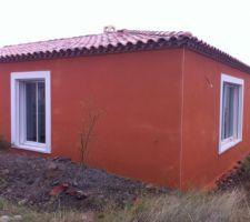 Vue en angle de l'enduit de façade coloris O90 BRIQUE NATURELLE et de sa baguette d'angle blanche, le coloris est plus uniforme après séchage.