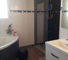 Vue d'ensemble de la salle de bain:  Baignoire d'angle, douche italienne, meuble double vasque et 2 grands miroirs (1 plein pied sur cloison de douche et 1 au-dessus des lavabos avec spots intégrés)
