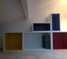 Détournement de meubles de cuisine pour bibliothèque colorée Ikea