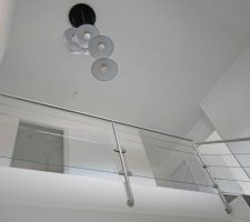 Garde-corps à l'étage, câbles et verre