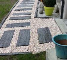 delimitation de l entree avec des bordures en ardoise et film geotextile sous les garvier