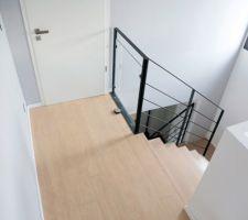 Parquet couloir étage et transition vers escalier chêne massif. Parquet stratifié Balterio Tradition Elegant Chêne Soie