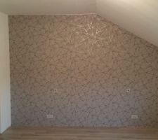 Mur chambre parentale derrière le lit