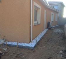 creation des bordures de galets pour eviter que la pluie sur la terre de nous salisse le crepis