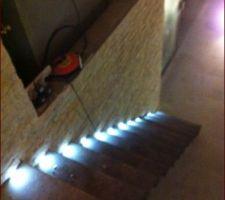 Montage d un escalier marche en acier flottantes avec éclairage led
