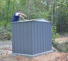 montage du cabanon pour mettre la pompe de la marre pour l eau pour la construction