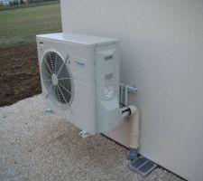 photo de groupe exterieur de la pompe a chaleur la grille en pieds n a rien a voir avec la pompe a chaleur il s agit de la grille de ventilation du vide sanitaire