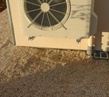 vue du groupe exterieur de la pompe a chaleur en pied les traces d eau de condensation