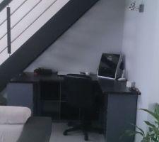 Ancien cube Ikea repeint avec plan de travail sur le dessus et Voila un bureau