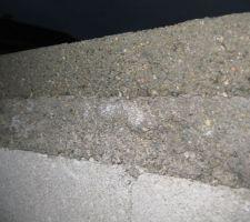 Aujourd'hui, je découvre avec surprise une deuxième arase sur le VS de l'habitation soit en tout 8cm à 10,5 cm selon les endroits. On dirait qu'il y a un mélange de gravier et de sable et qu'elles sont de même nature.  <br /> Est-ce OK une arase aussi haute?