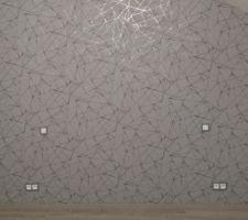 Mur derrière le lit chambre parentale tapissé