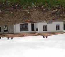 Avec un ou deux jours de retard a cause de la météo pluvieuse, la toiture est terminée .
