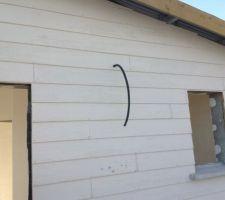 Bardage en fibrociment fixé sur le mur recouvert du pare pluie