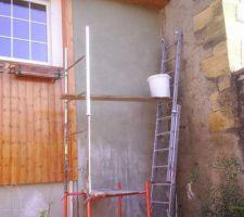 Crépisssage du mur de façade terminé. Ne reste plus qu'un bon coup de peinture après séchage