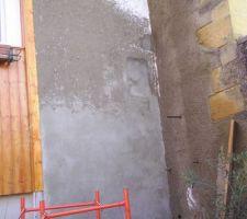 Crépisssage du mur de façade. Il y avait une ancienne petite fenetre qui ne donnait sur rien coté intérieur et que j'ai donc condamné