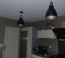 Lampes posées dans cuisine