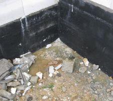 L'eau stagne sur l'arrière de la maison (terrain en pente)